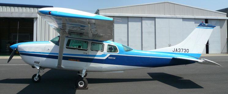 デジタルカメラを搭載する JA3730(調布飛行場)